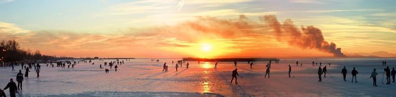 Z powodu małej głębokości jezioro zimą zamarza stając się wielkim lodowiskiem