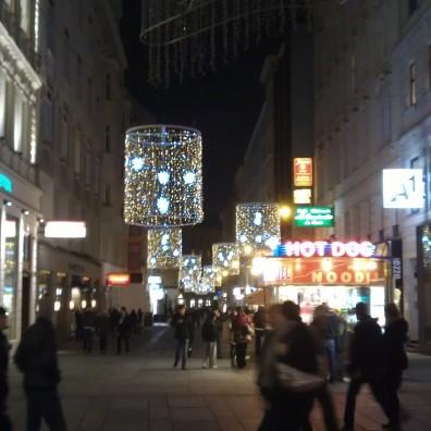 Pierwsze, nieśmiałe oświetlenie świąteczne