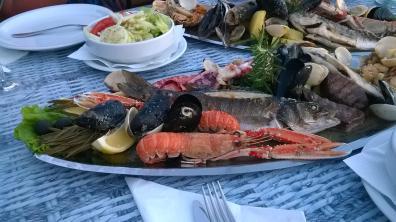Rybny talerz czyli ryby, kalmary, langustynki, małże itp.
