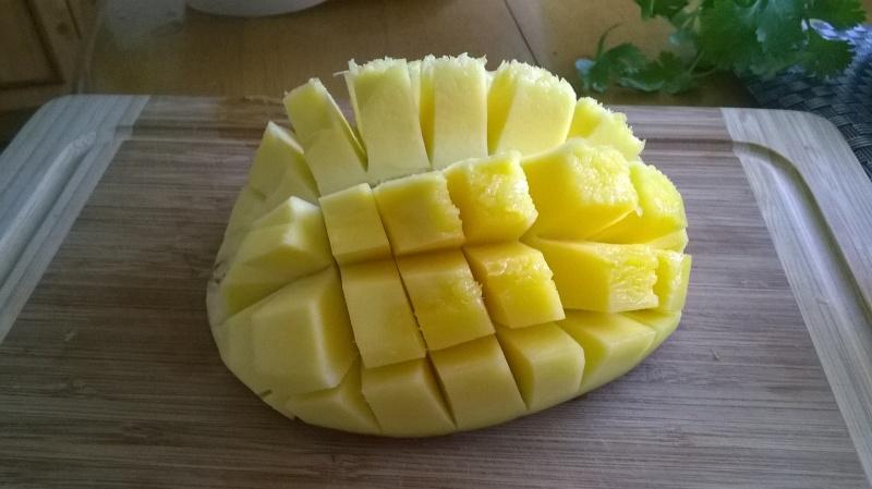 Wypestkowaną połówkę mango nacinamy w kostkę tak, aby nie uszkodzić skórki. Wywijamy na zewnątrz i otrzymujemy takiego oto jeżyka. Niestety, jak widać na obrazku, ten egzemplarz był jeszcze nieco niedojrzały